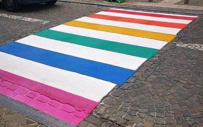 Un passage piéton aux couleurs arc-en-ciel à Mons